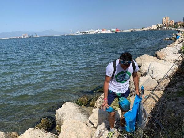 un volontario pulisce gli scogli di Su Siccu WEB